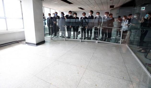 광주 동구 금남로 전일빌딩에서 5·18 당시 헬기 사격이 이뤄진 것으로 추정되는 탄흔들 [사진=연합뉴스]