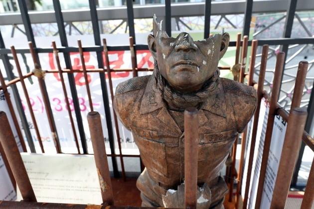 광주 동구 5·18민주광장에 마련된 '전두환 치욕 동상'이 시민들의 매질에 파손된 모습 [사진=연합뉴스]