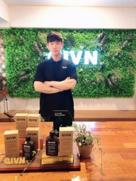 16년 트레이너 경력의 김진우 기븐 대표가 청담동 사무실에서 올인원 샴푸 겸 바디워시 '기븐' 앞에서 포즈를 취하고 있다.  /기븐 제공
