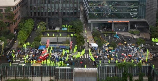 24일 서울 종로구 옛 일본대사관 앞에서 열린 제1445차 정기 수요집회가 28년만에 처음으로 자리를 옮겨 진행되고 있다.  뉴스1