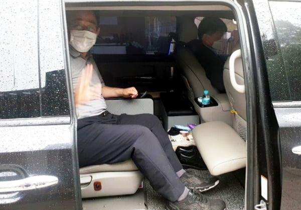 주호영 미래통합당 원내대표가 24일 강원 고성 화암사에서 서울로 이동하기 위해 차에 타 인사를 하고 있다. /사진=뉴스1