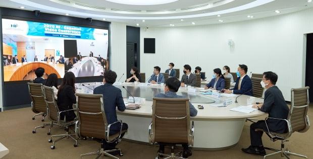 주택금융공사가 24일 부산국제금융센터 본사에서 말레이시아 주택금융기관 차가마스와 화상으로 두 기관의 최고경영자(CEO) 등이 참석한 가운데 말레이시아 주택연금 도입을 위한 화상 자문회의를 열었다. 주택금융공사 제공
