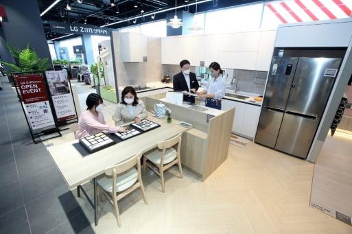 롯데하이마트 메가스토어 수원점에 입점한 LG지인 인테리어 매장에서 소비자들이 인테리어 상담을 받고 있다.     LG하우시스 제공