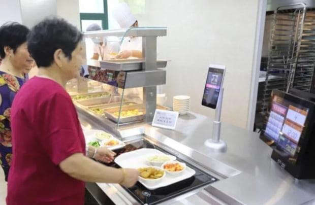 지난 5월20일 중국 저장(浙江)성 항저우(杭州))에 위치한 한 양로 서비스 센터. 최근 이 지역에 최초로 스마트 시니어 식당이 들어섰다. 사진=저장완바오