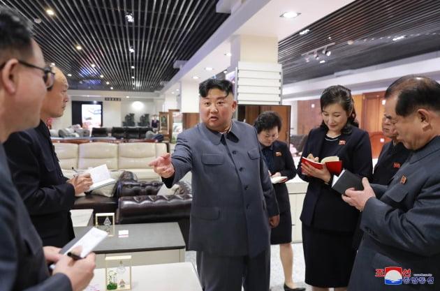 김정은 북한 국무위원장이 지난해 4월 평양 대성백화점을 현지 지도하고 있다.  /연합뉴스