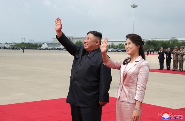 지난해 6월 평양 순안공항에서 북한 방문을 마치고 귀국하는 시진핑 중국 국가주석을 환송하는 김정은 북한 국무위원장과 부인 리설주 여사.  /연합뉴스