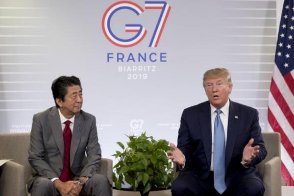 도널드 트럼프(오른쪽) 미국 대통령과 아베 신조 일본 총리가 지난해 8월 주요 7개국(G7) 정상회담이 열리고 있는 프랑스 비아리츠에서 양자회담을 하고 있다. /사진=연합뉴스