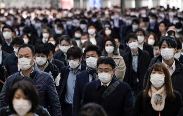 코로나19(신종 코로나바이러스 감염증) 예방을 위해 마스크를 쓴 일본의 직장인들이 지난 4월 초만원 통근열차를 타고 도쿄 도심의 한 전철역에서 내려 사무실로 향하고 있다. /사진=연합뉴스