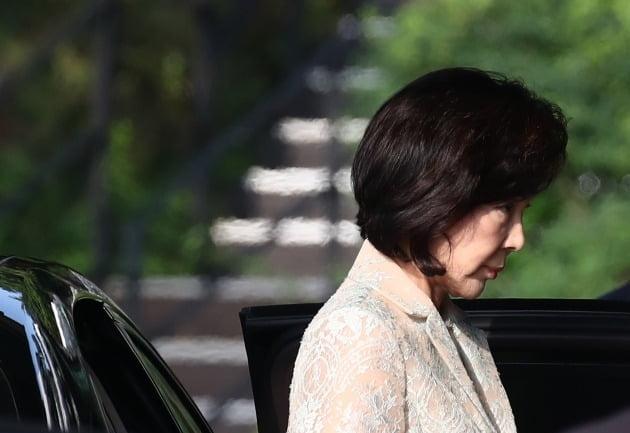 홍라희 전 관장이 정면을 응시하고 있다. [사진=연합뉴스]