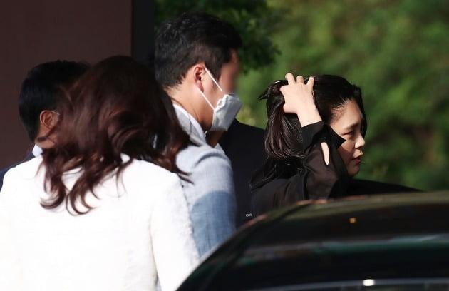 이건희 삼성전자 회장의 딸 이부진 호텔신라 사장이 머리를 쓸어넘기고 있다. [사진=연합뉴스]