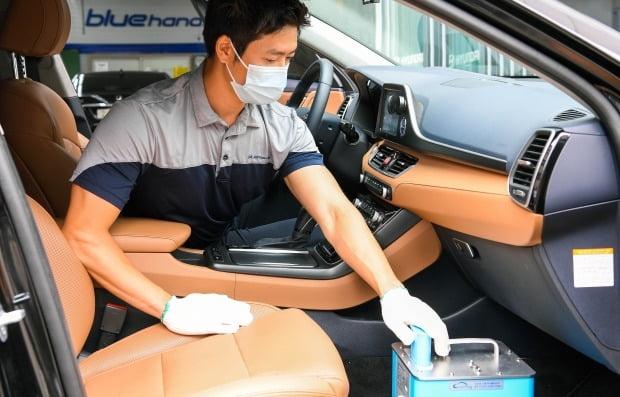 현대차가 친환경 성분의 연무 분사로 차량을 항균·탈취하는 에어케어 케어포그 무상 지원 서비스를 선착순으로 제공한다. 사진=현대차