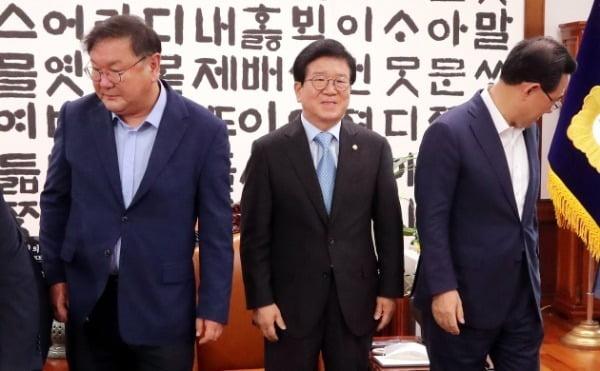 박병석 국회의장과 여야 원내대표가 지난 28일 서울 여의도 국회 의장실에서 원구성 논의를 위한 회동을 하고 있다. 사진=뉴스1