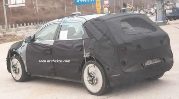 지난 4월 각 바퀴에 측정장치를 부착한 채 포착된 NE 위장막 차량 모습. 사진=코리아카블로그