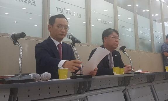 최종구 이스타항공 대표이사(오른쪽)과 김유상 이스타항공 전무가 서울 양천로 본사에서 열린 기자회견에서 성명서를 발표하고 있다. 진=오정민 한경닷컴 기자