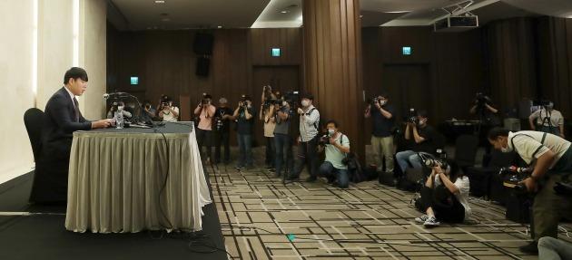 전 메이저리거 강정호가 지난 23일 오후 서울 마포구 상암동 스탠포드호텔에서 열린 기자회견에서 사과문을 읽는 모습 [사진=뉴스1]