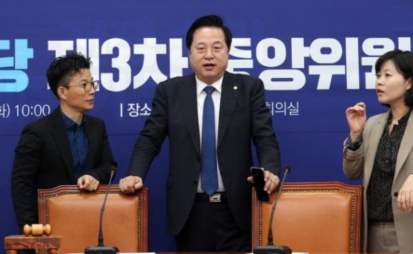 김두관 더불어민주당 의원이 지난 12일 중앙위원회 회의가 열리는 서울 여의도 국회 더불어민주당 당대표회의실을 방문해 관계자와 대화를 나누고 있다. /사진=뉴스1