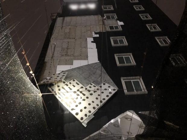 강풍에 떨어진 건물 외벽./사진=경기도소방재난본부 제공