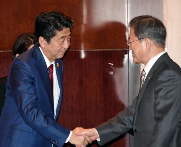 문재인 대통령과 아베 신조 일본 총리 [사진=연합뉴스]