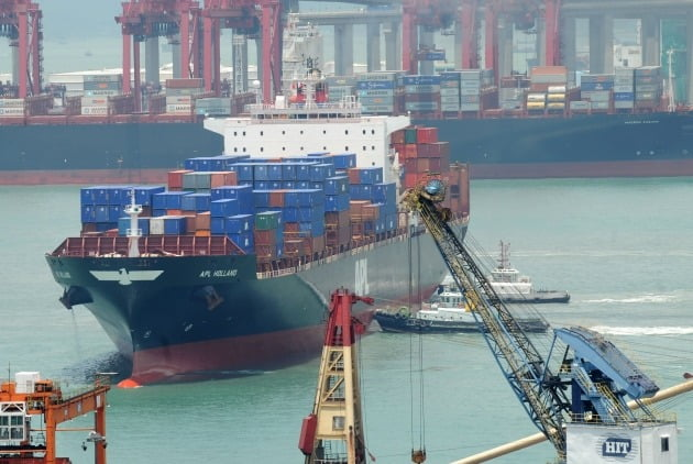 홍콩 콰이창물류항구에 컨테이너선이 떠있는 모습. 연합뉴스
