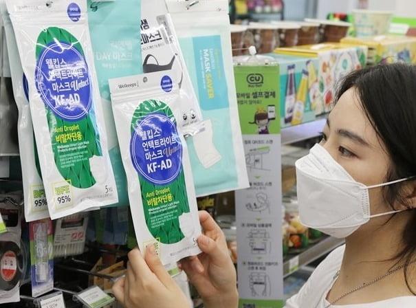 30일 편의점업계에 따르면 CU는 다음달 1일부터 전국 1만 4000개 점포에서 비말 차단용 마스크를 판매하기로 했다. 사진=BGF리테일 제공