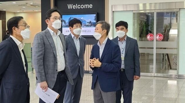 이재용 삼성전자 부회장(왼쪽에서 두번째)이 30일 삼성전자 반도체 자회사인 '세메스' 천안사업장을 찾아 임원들로부터 설명을 듣고 있다. 삼성전자 제공.