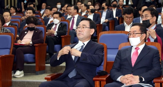 주호영 미래통합당 원내대표가 30일 국회에서 열린 의원총회에 참석하고있다. 김범준기자 bjk07@hankyung.com