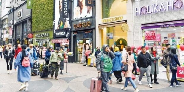 한국관광공사와 중국 최대 여행기업인 트립닷컴그룹이 공동으로 한국 관광상품 판매에 나섰다.  과거 한한령 사태 이전 서울 명동 거리를 중국인 관광객들이 오가고 있는 모습. 허문찬 한국경제신문 기자 sweat@hankyung.com
