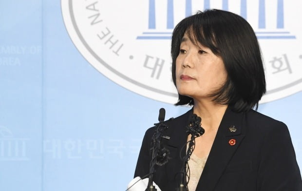 지난달 29일 국회에서 기자회견을 열어 각종 의혹에 대해 해명한 윤미향 의원. / 사진=연합뉴스