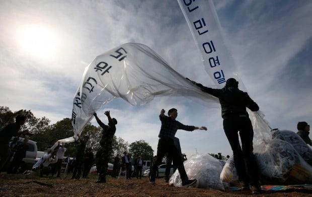탈북자 단체들이 경기도 파주시 접경지역에서 대북 전단을 날리는 모습.(사진=연합뉴스)