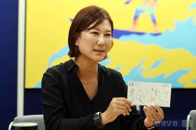 김남숙 인스턴트타투 대표가 올해 스프링 콜렉션 제품에 대해 설명하고 있다. (사진 = 최혁 한경닷컴 기자)