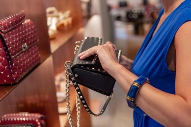 21일 유통업계에 따르면 롯데면세점이 보유했던 약 200억원어치 규모의 명품이 이번주 롯데백화점과 롯데아울렛, 유통 계열사 통합 온라인몰인 '롯데ON'을 통해 선보인다.  사진=게티이미지뱅크 제공