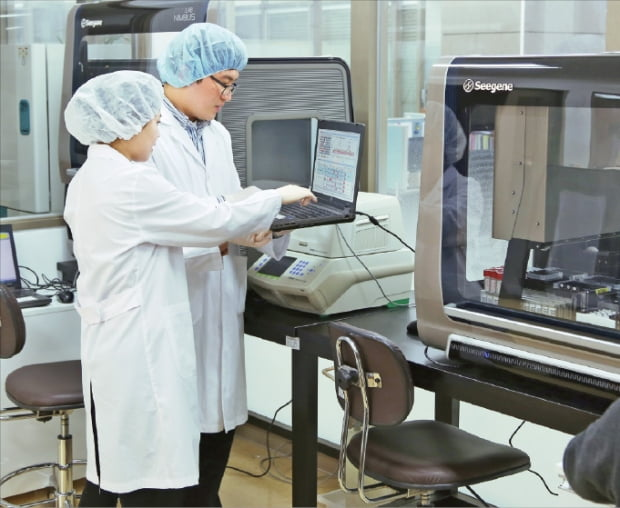 씨젠 연구원들이 서울 본사 연구소에서 진단키트 신제품을 시험하고 있다.  한경 DB