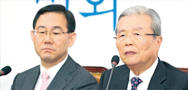 김종인 미래통합당 비상대책위원장(오른쪽)이 1일 국회에서 열린 비대위 회의에서 발언하고 있다. 왼쪽은 주호영 원내대표.  연합뉴스