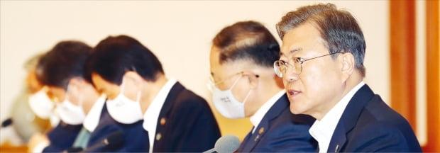 """문재인 대통령은 1일 청와대에서 열린 '제6차 비상경제회의'에서 """"한국판 뉴딜로 추격형 경제에서 선도형 경제로 전환해 나가겠다""""고 말했다.  허문찬  기자 sweat@hankyung.com"""