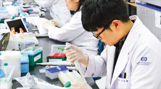 인천 연수구에 있는 이원다이애그노믹스(EDGC) 연구소에서 한 연구원이 검체에서 유전자를 추출하고 있다.  EDGC 제공