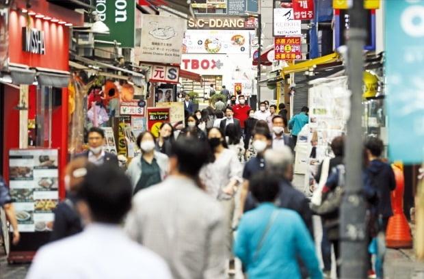 서울 명동거리가 최근 조금씩 활기를 되찾고 있지만 코로나19 사태 이전 수준을 회복하는 못하고 있다. 한국은행에 따르면 올 1분기 실질 국내총생산(GDP)은 전분기 대비 1.3% 줄었다. 연합뉴스