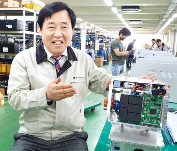 유형근 서호드라이브 대표가 안양공장에서 미래 먹거리가 될 수소연료전기차용 인버터에 대해 설명하고 있다.