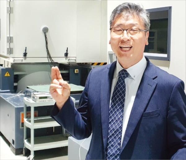 김형태 아프로테크 대표가 경기 광주연구소에서 복합진동시험기를 통한 테스트 내용을 설명하고 있다.