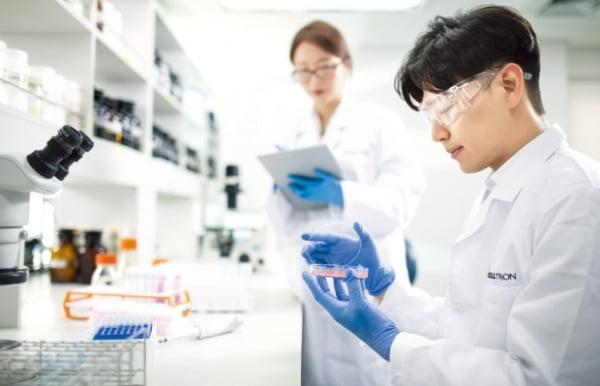 셀트리온 연구원들이 인천 송도에 있는 연구실에서 신약 개발을 위한 실험을 하고 있다.  셀트리온 제공