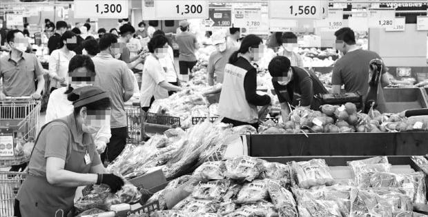 주요 농산물 가격이 이달 들어 크게 올라 장바구니 물가에 부담이 되고 있다. 14일 서울 양재동 농협하나로마트에서 소비자들이 채소를 고르고 있다.   김영우 기자 youngwoo@hankyung.com
