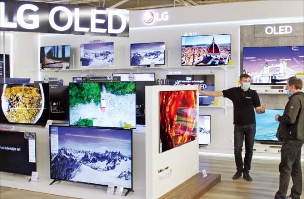 14일 리투아니아 카우나스 가전매장에서 방문객이 LG 올레드 갤러리 TV를 살펴보고 있다.  LG전자  제공