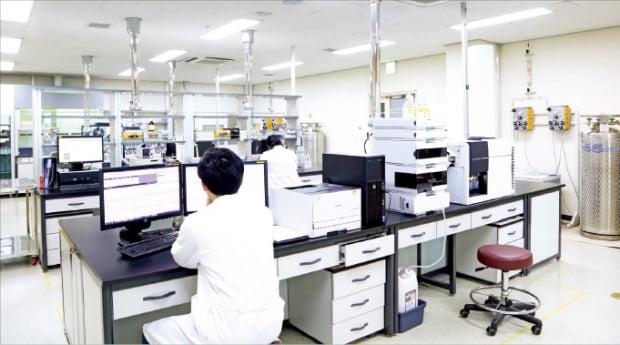 경기 용인시 기흥구에 있는 올리패스 연구실에서 연구원들이 RNA 치료제 개발을 위해 연구 결과를 분석하고 있다.  올리패스  제공