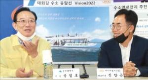 송철호 울산시장(왼쪽)이 지난 15일 울주군 온산공단 내 에이치엘비를 방문, 진양곤 회장과 수소선박에 대해 이야기하고 있다.  /울산시  제공