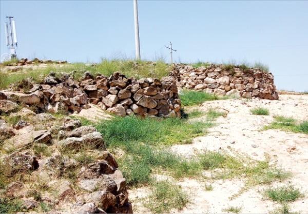 요서지방의 '하가점 하층문화(기원전 23세기~기원전 15세기)' 도시 유적지 중 삼좌점 성벽.