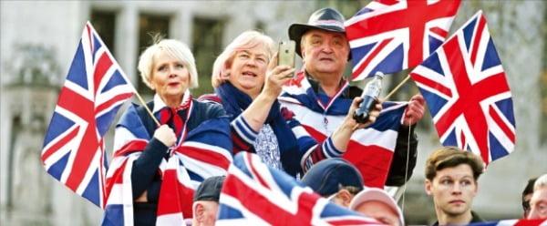 브렉시트·코로나·홍콩사태…'퍼펙트 스톰'에 휩싸인 영국