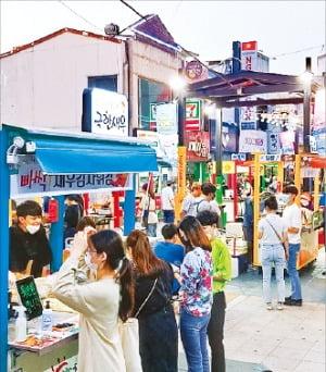 지난 20일 재개장한 포항중앙상가 영일만친구 야시장에 관광객들이 몰려들고 있다. 포항시 제공