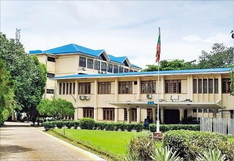 미얀마의 명문 국립대인 양곤외국어대학교