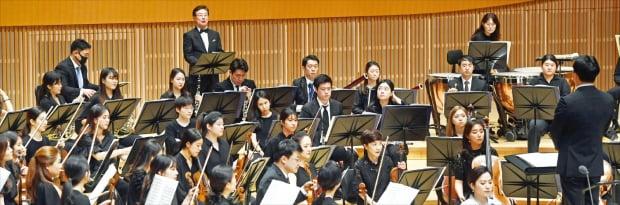 23일 서울 신천동 롯데콘서트홀에서 열린 '호국보훈음악회'에서 한경필하모닉이 베토벤의 극음악 '에그몬트'를 연주하고 있다.   허문찬 기자 sweat@hankyung.com