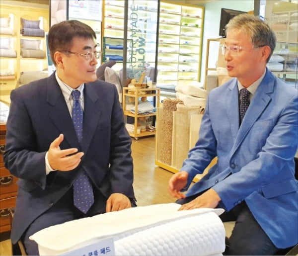 이브자리의 지철규 경영총괄 대표(왼쪽)와 장준기 수면환경연구소장이 서울 본사에서 기능성 소재 개발에 관한 얘기를 하고 있다.