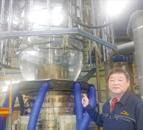 최병향 한국프리팩 대표가 압출기에서 생산되는 PE필름의 제조 과정을 설명하고 있다.  이정선 기자